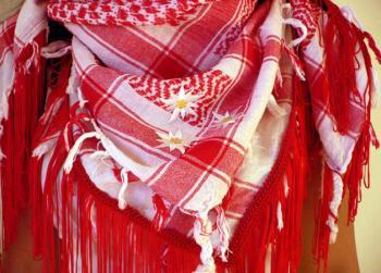 Arafattuch mit gestickten Blüten über dailyobsessions.com