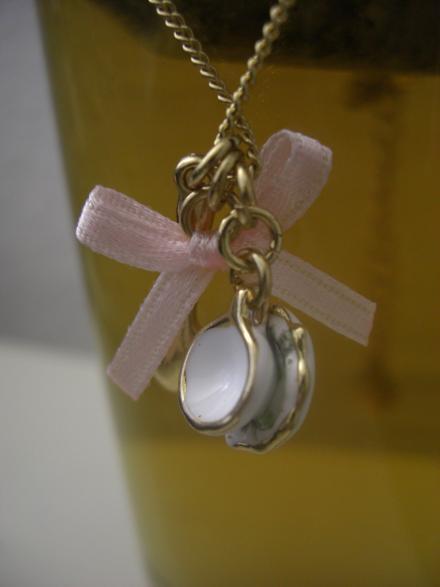 Teekette mit rosa Schleifchen