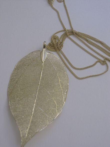 Goldene Kette mit Blatt