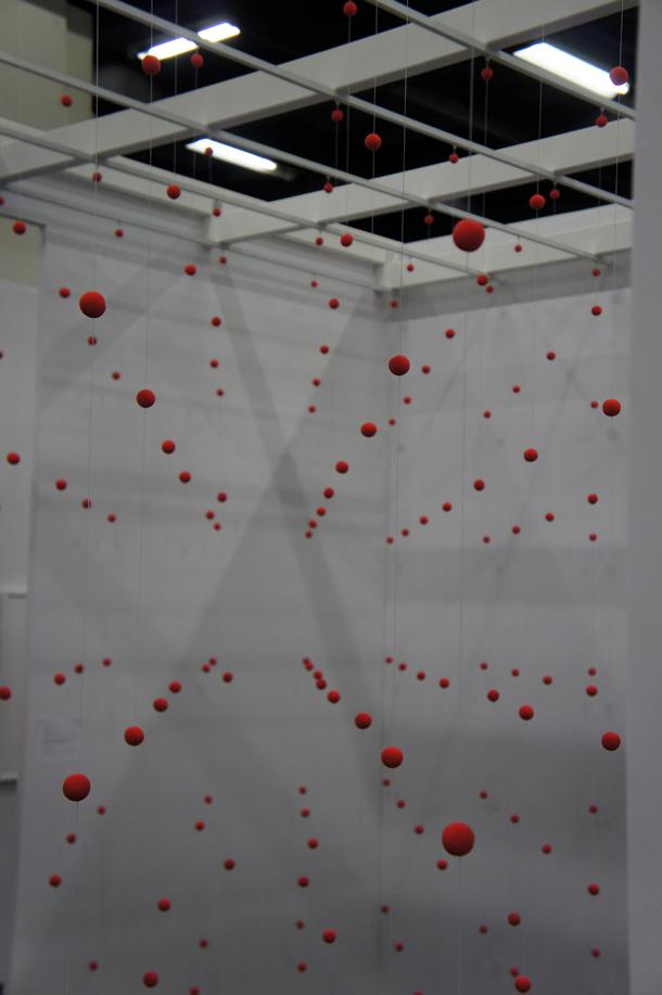 Gekugelte Installation auf der Art Cologne