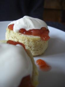 Scones mit Marmelade und Cream